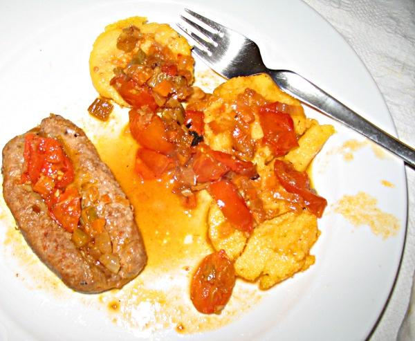Polenta mit Bratwurst